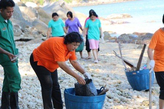 Amari Phuket teams up to clean Patong Beach