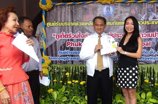 Central Festival Phuket makes 100,000 baht Nepal earthquake aid donation